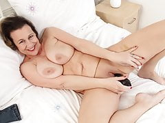 British milf Eva Jayne loves filling up her fanny